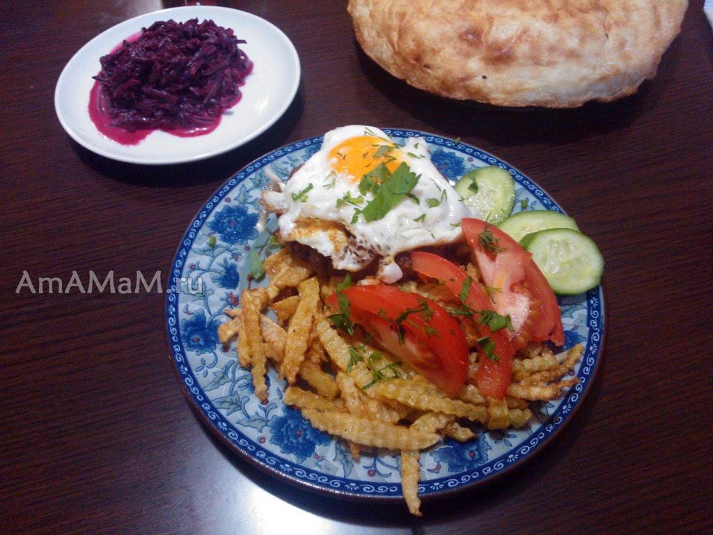 Простые рецепты обедов и ужинов - отбивная из говяжьей вырезки под яйцом