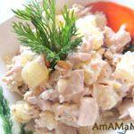Салат: Куриная грудка с ананасами и орехами
