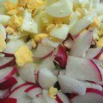 Нарезка яиц и редиски на окрошку