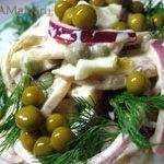 Салат из свиных ушек, яиц, лука и зеленого горошка