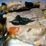 Свинина, тушеная крупными кусками, с помидором и оливками