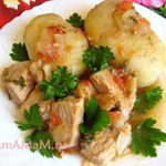 Свинина, тушеная с луком, помидорами и зеленью