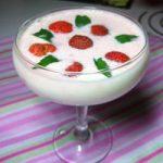 Десерт с клубникой и йогуртом (мацони) и мятой