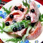 Салат из помидоров, сладкого перца и смородины