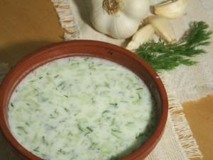 Рецепт таратора из огурцов, зелени и орехов с йошгуртом