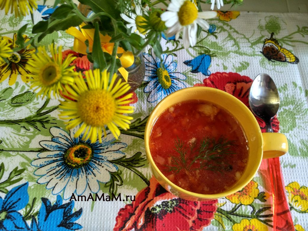 Цветы на обеденном столе с борщом
