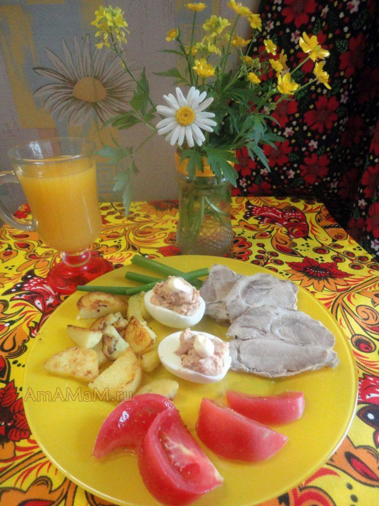 Фаршированные яйца с жареным луком и ливерной колбаской