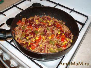 Чили кон Карне-  мексиканское блюдо с фаршем, кукурузой, фасолью и перцем в томате