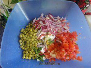 Фото нарезки полосками для салата из крабовых палочек с помидором
