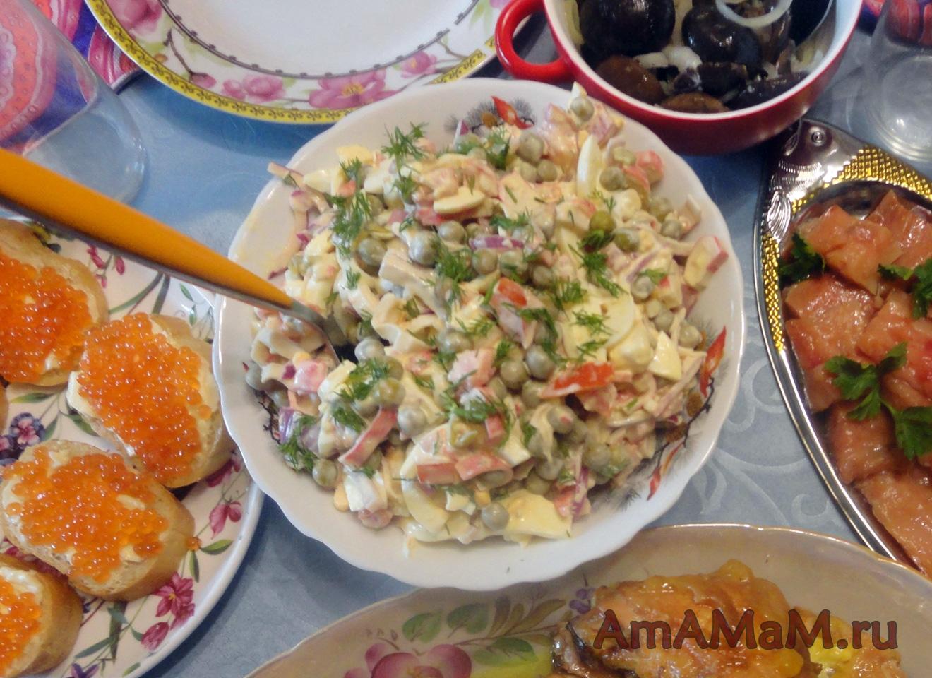 салат с помидором огурцом и крабовыми палочками