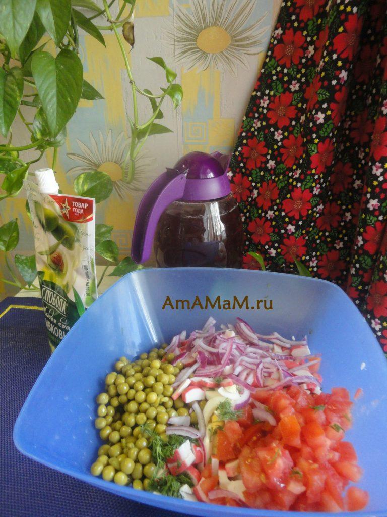 Приготовление салата с крабовыми палочками- нарезка
