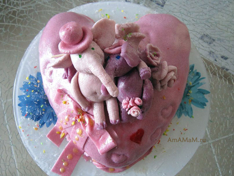 Фото романтического торта для мужа - простой торт украшен мастикой и прикольными фигурками слонов