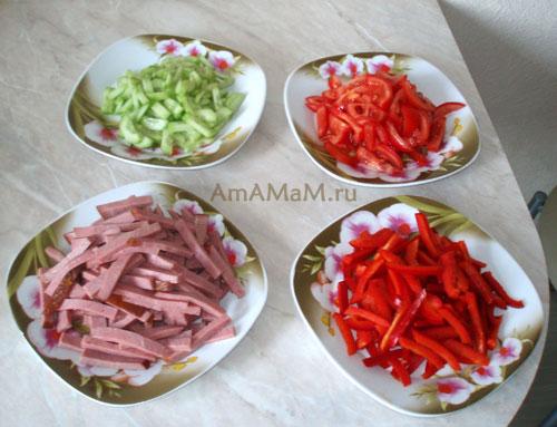 Способ нарезки итальянского салата с макаронами