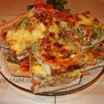 Пицца с грибами, колбасой и корнишонами