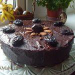 Шоколадный торт с миндалем и черносливом
