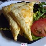 Соленая выпечка – слоеные треугольники с сыром и помидорами