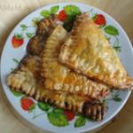 Пирожки из слоеного дрожжевого теста с грибами (вешенками)