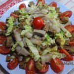 Картофельный салат с селедкой, хлебом и помидорами
