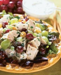 Куриный салат с виноградом и орешками - просто и вкусно!