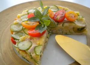 Как сделать овощной торт из картофельного салата с яйцами и овощами