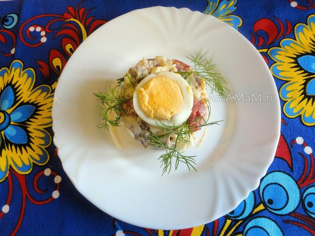 Фото салата на тарелке - выложен через кольцо