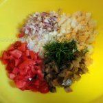 Салат перед смешиванием в миске
