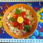 Салат из сельди с яйцом, рисом и луком