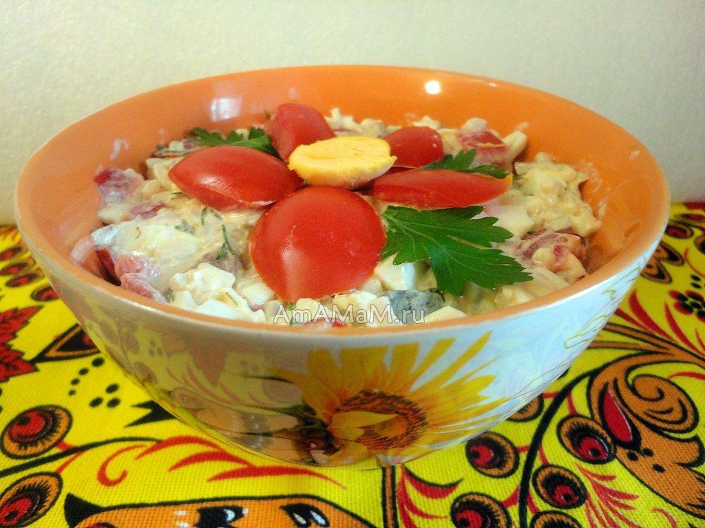 Селедка с маринованным луком, рисом, яйцами, яблоком и помдиором