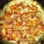 Запеканка из кабачков с помидорами и ветчиной под омлетом