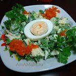 Салат из зелени с яйцом, овощами и яблоком