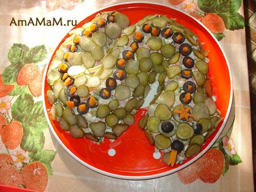 Это салат в виде змеи, который можно переделать в Дракона