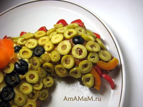 Дракончика можно украсить колечками маслин, оливок, маленьких огурчиков, сосисок