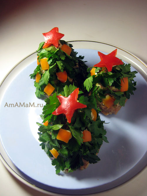 Зеленые елочки из фарша и петрушки и игрушками из кусочков сладкого перца