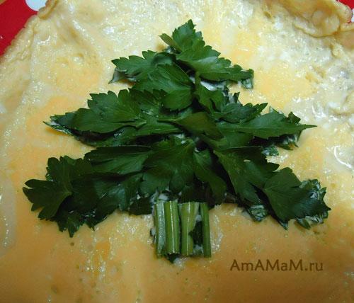 Новогодняя елка - украшение из зелени на еде