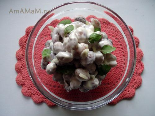 Салат из вареной фасоли с майонезом и чесноком - очень вкусная еда!