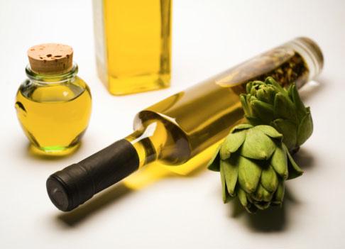 Бутылка оливкового масла и артишоки