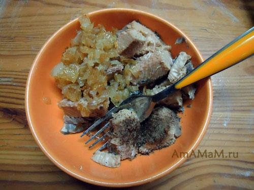Рецепт начинки для пирога из рыбных консервов и лука