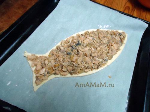 Приготовление рыбного пирога в форме рыбы (с консервами)