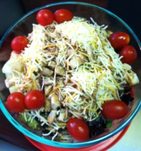 Вкусный салат из курицы и грибов - рецепт