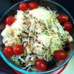 Салат из цыпленка с грибами и овощами