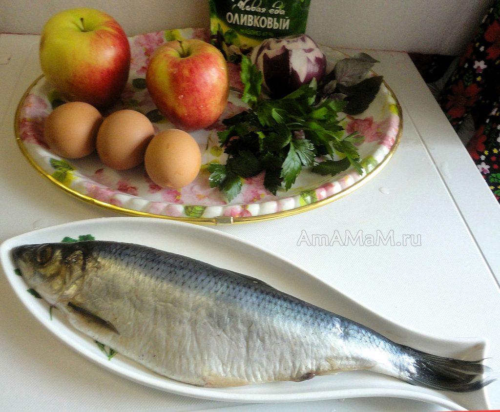 Ингредиенты салат из селедки с яблоками, которые кладут в стаканчики из яблок
