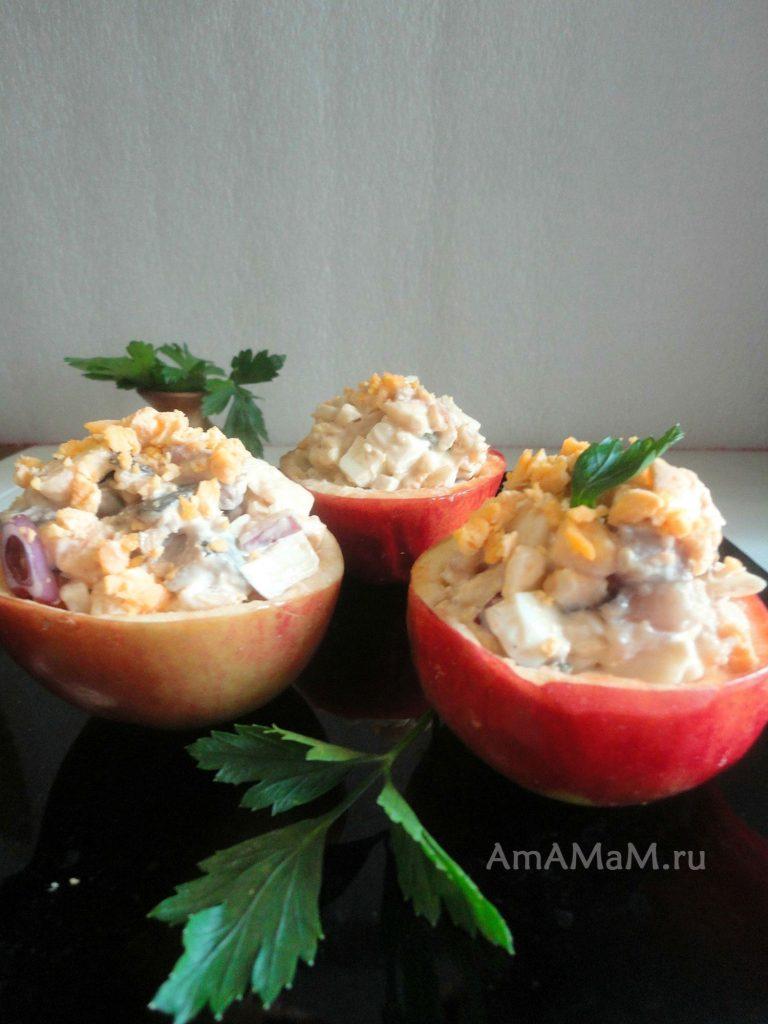 Селедочный салат с стаканчиках из яблок