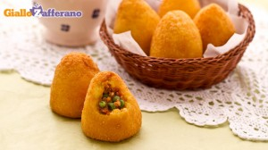 Как выглядят рисовые аранчини конической формы с зеленым горошком, сыром и ветчиной - фото