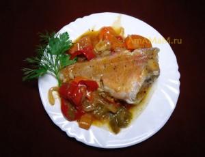 Очень вкусная еда из морского окуня в томатном соусе