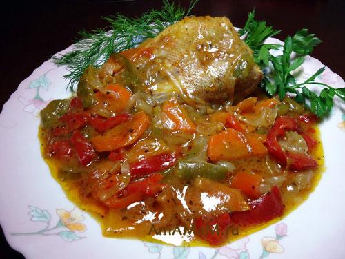 Приготовления морского окуня целой рыбкой в соусе с овощами