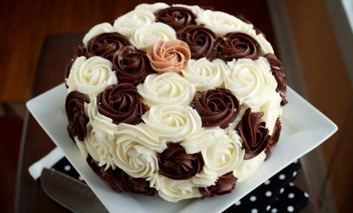 Красивые масляные розочки на арабском торте