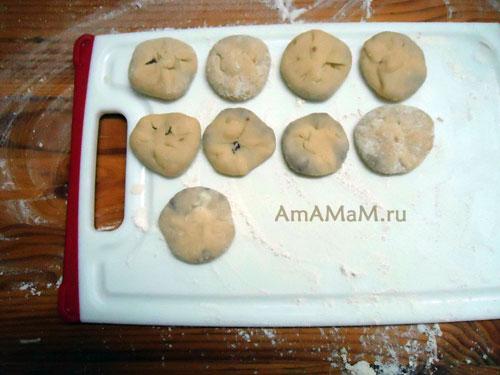Как выглядят сформированные пирожки- маленькие беляши из бездрожжевого теста