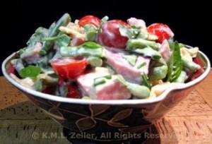 Фото салата из стручковой фасоли с ветчиной, помидорами, сыром и луком - очень вкусно!