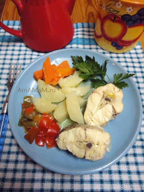 Очень вкусная и простая еда из пикши и картошки с овощами - рецепт и фото