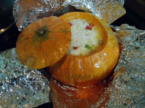 Фото оранжевой тыквы с начинкой из риса и курицы